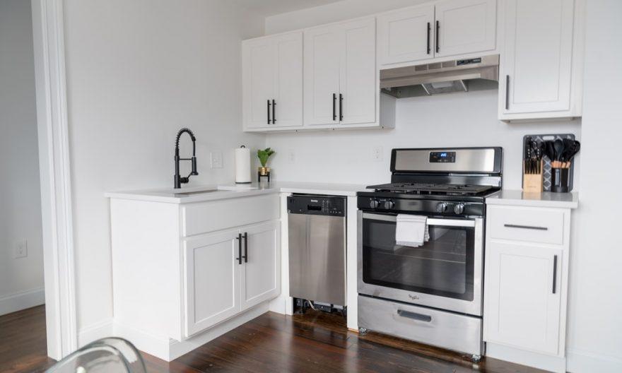 Cuisine blanche moderne avec four et lave vaisselle